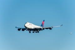 NARITA - LE JAPON, LE 25 JANVIER 2017 : Atterrissage de N674US Boeing 747 Delta Air Lines dans l'aéroport international de Narita Photos stock