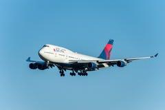 NARITA - LE JAPON, LE 25 JANVIER 2017 : Atterrissage de N674US Boeing 747 Delta Air Lines dans l'aéroport international de Narita Image stock