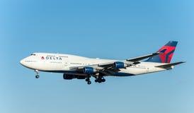 NARITA - LE JAPON, LE 25 JANVIER 2017 : Atterrissage de N674US Boeing 747 Delta Air Lines dans l'aéroport international de Narita Image libre de droits