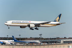 NARITA - LE JAPON, LE 25 JANVIER 2017 : Atterrissage de 9V-SWL Boeing 777 Singapore Airlines dans l'aéroport international de Nar Photos stock