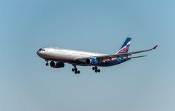 NARITA - LE JAPON, LE 25 JANVIER 2017 : Atterrissage de VQ-BCV Airbus A330 Aeroflot dans l'aéroport international de Narita, Japo Images stock
