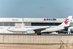 NARITA - LE JAPON, LE 25 JANVIER 2017 : B-8226 Airbus A330 China Eastern Airlines dans l'aéroport international de Narita, Japon Images stock
