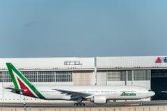 NARITA - LE JAPON, LE 25 JANVIER 2017 : EI-DBM Boeing 777 Alitalia prêt à décoller dans l'aéroport international de Narita, Japon Photos stock