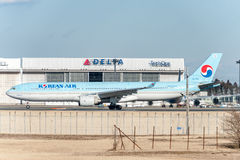 NARITA - LE JAPON, LE 25 JANVIER 2017 : HL7586 Airbus A330 Korean Air prêt à décoller dans l'aéroport international de Narita, Ja Photo libre de droits