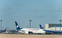 NARITA - LE JAPON, LE 25 JANVIER 2017 : L'air Mexique Airbus décollent dans l'aéroport international de Narita, Japon Photographie stock libre de droits