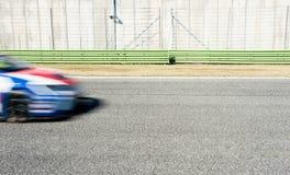 Nariz azul y roja borrosa del coche que compite con en pista Imagen de archivo libre de regalías