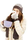 Nariz de estornudo de la mujer que tiene frío Imagenes de archivo