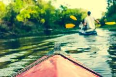 Nariz de la canoa que flota detrás de remero Fotografía de archivo libre de regalías