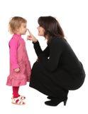 Nariz de la hija de los touchs de la madre Imagen de archivo libre de regalías