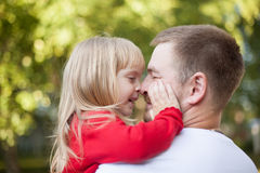 Nariz de la hija del papá a sospechar Fotos de archivo libres de regalías