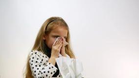 Nariz de sopro caucasiano doente da menina no tecido filme