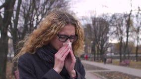 Nariz de sopro doente da mulher no tempo frio, movimento lento video estoque