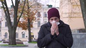 Nariz de sopro doente do homem no tempo frio, movimento lento vídeos de arquivo