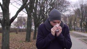 Nariz de sopro doente do homem no tempo frio, movimento lento filme