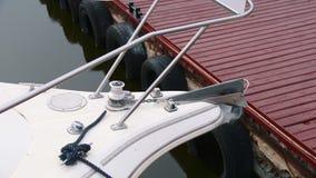 Nariz de un yate blanco amarrado al embarcadero en el estacionamiento metrajes