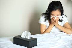 Nariz del estornudo de la mujer de la tos Fotografía de archivo