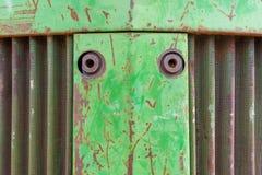 Nariz dianteiro do trator do equipamento agrícola Foto do fundo do metal com oxidação, respiradouro curvy do metal e pintura lasc foto de stock royalty free