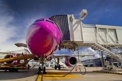 Nariz do avião comercial durante a rotação em um aeroporto imagem de stock