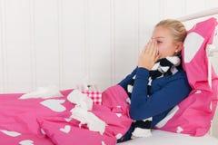 Nariz que sopla de la muchacha enferma del adolescente Fotos de archivo libres de regalías