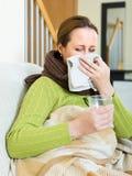 Nariz que sopla de la mujer enferma Imagen de archivo libre de regalías