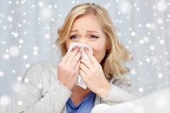 Nariz que sopla de la mujer enferma a la servilleta de papel Foto de archivo libre de regalías