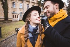 nariz tocante do beardman feliz de sua amiga fotos de stock royalty free