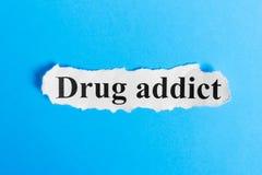 Narkomanu tekst na papierze Słowo narkoman na kawałku papieru com pojęcia figurki wizerunku odpoczynku dobra trwanie tekst Obrazy Stock