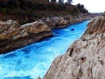 Narmada rzeki postu przepływ przez marmurowych skał fotografia stock