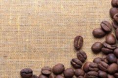Narożnikowa dekoracja kawowe fasole na grabić materiał Zdjęcia Stock