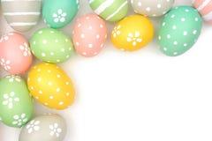Narożnikowa granica ręka malował Wielkanocnych jajka nad bielem Fotografia Royalty Free