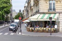 Narożnikowa kawiarnia w Paryż zdjęcia royalty free