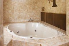 Narożnikowa wanny dekoracja w łazienki wnętrzu Zdjęcie Stock