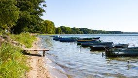 Naroch,白俄罗斯- 2018年8月23日:五颜六色的小船在夏天,Naroch-最大的湖 图库摄影