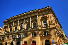 Narodni dum, Oude gebouwen dichtbij Vinohrady-Theater (Tsjech: Divadlona Vinohradech) is een theater in Vinohrady, Praag Royalty-vrije Stock Foto's