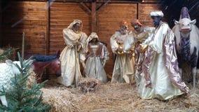 Narodzenie Jezusa sceny crèche z naturalnych rozmiarów postaciami w stajence z słomą Obraz Stock