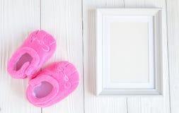 Narodziny dziecko - pusta obrazek rama na drewnianym tle Obraz Stock