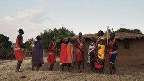 NAROK, КЕНИЯ 28-ОЕ АВГУСТА 2016: 5 женщины и людей maasai поют после этого танец в парах видеоматериал