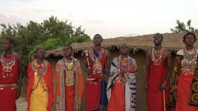 NAROK, КЕНИЯ 28-ОЕ АВГУСТА 2016: женщины и люди maasai поя и танцуя видеоматериал