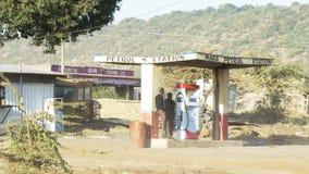 NAROK, КЕНИЯ 28-ОЕ АВГУСТА 2016: проводник покупает топливо от бензозаправочной колонки на mara, Кении видеоматериал