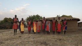 Narok, Кения 28-ое августа 2016: широкий взгляд группы в составе женщины и люди maasai поя видеоматериал