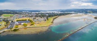 Narooma住宅区空中全景和假日停放 NSW,澳洲 免版税库存图片
