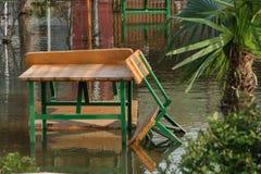 Narosły poziom woda od deszczów w frontowego jarda domu obraz royalty free