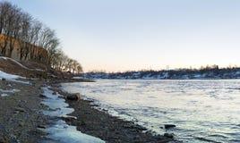 Narova-Flusslandschaft an der Vorfrühlingsdämmerung lizenzfreie stockfotografie