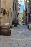 Narow gata i Korcula, Kroatien arkivbilder