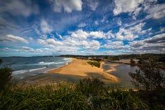Narrabeen strand öppning för sjö royaltyfria foton