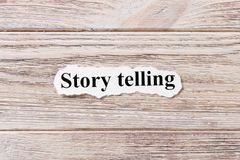 Narración de cuentos de la palabra en el papel Concepto Palabras de la narración de cuentos en un fondo de madera foto de archivo