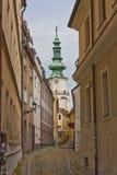 Narrow böjde bystreet i Bratislava Arkivbilder