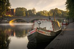 Narrow boat on a misty river avon in Evesham royalty free stock photos