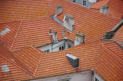 The narrow courtyard among red roofs i Royalty Free Stock Images