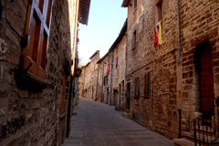 Narrow dark alley in Gubbio Royalty Free Stock Photos
